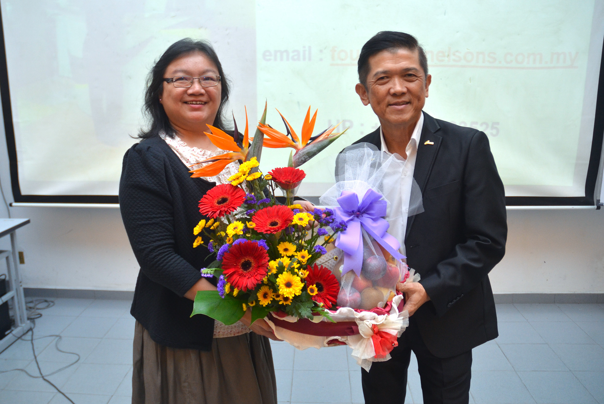 Dr Au Yong (left) presenting a token of appreciation to Datuk Seri Kwok