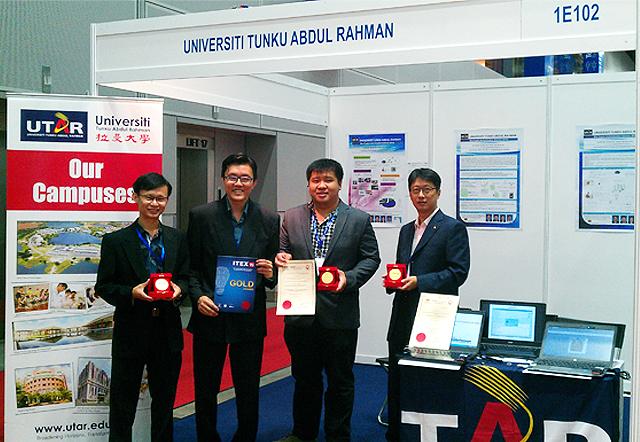 Dr Tan Syh Yuan, Ir Prof Goi Bok Min, Yap Wun She and Jin Zhe with the Gold Award.