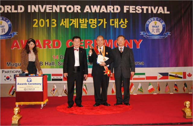 Ir Dr Low (centre) with the awards and beside him is Chairman Hong (left)