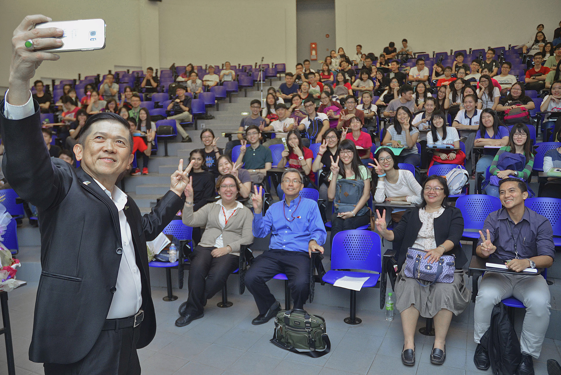 Sporting Datuk Seri Kwok taking a wefie with staff and participants