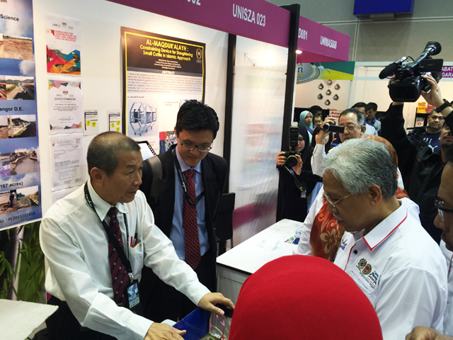 From left: Dr Low and Prof Goi
