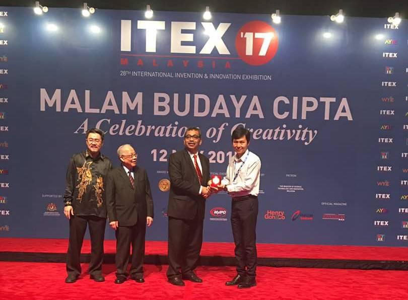 Dr Ng Choon Aun receiving the gold award in ITEX 2017