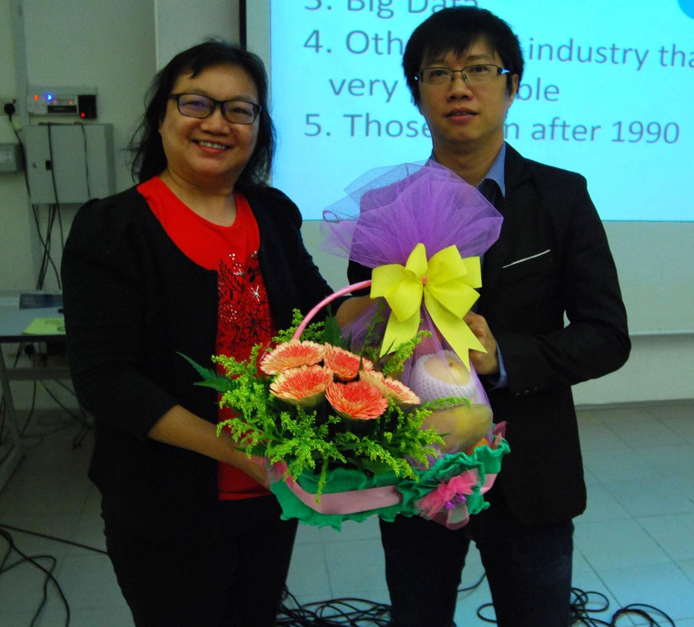 Dr Au Yong presenting a souvenir to Cheng