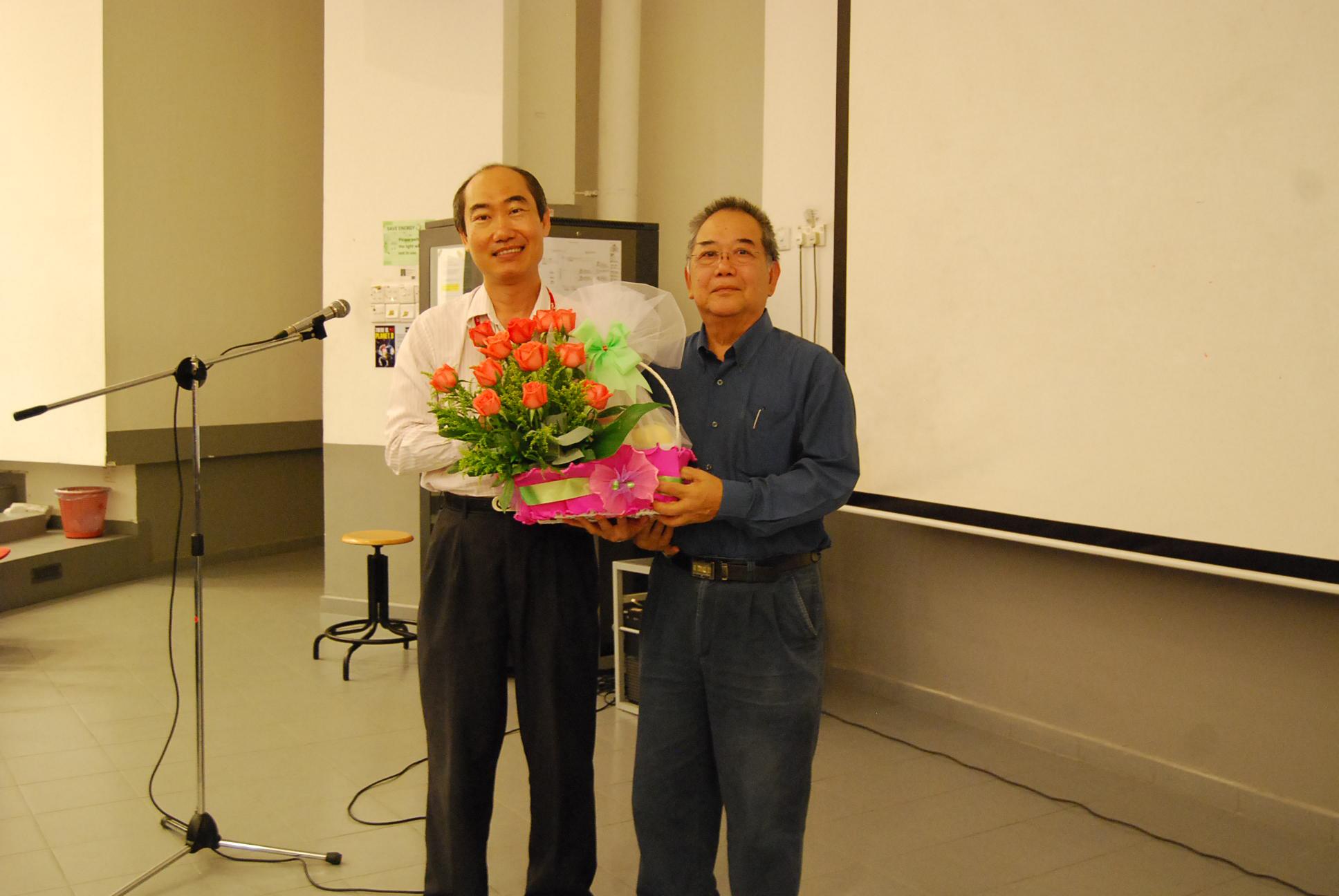 Dr Lim Tuck Meng presenting a token of appreciation to Stuart Soo