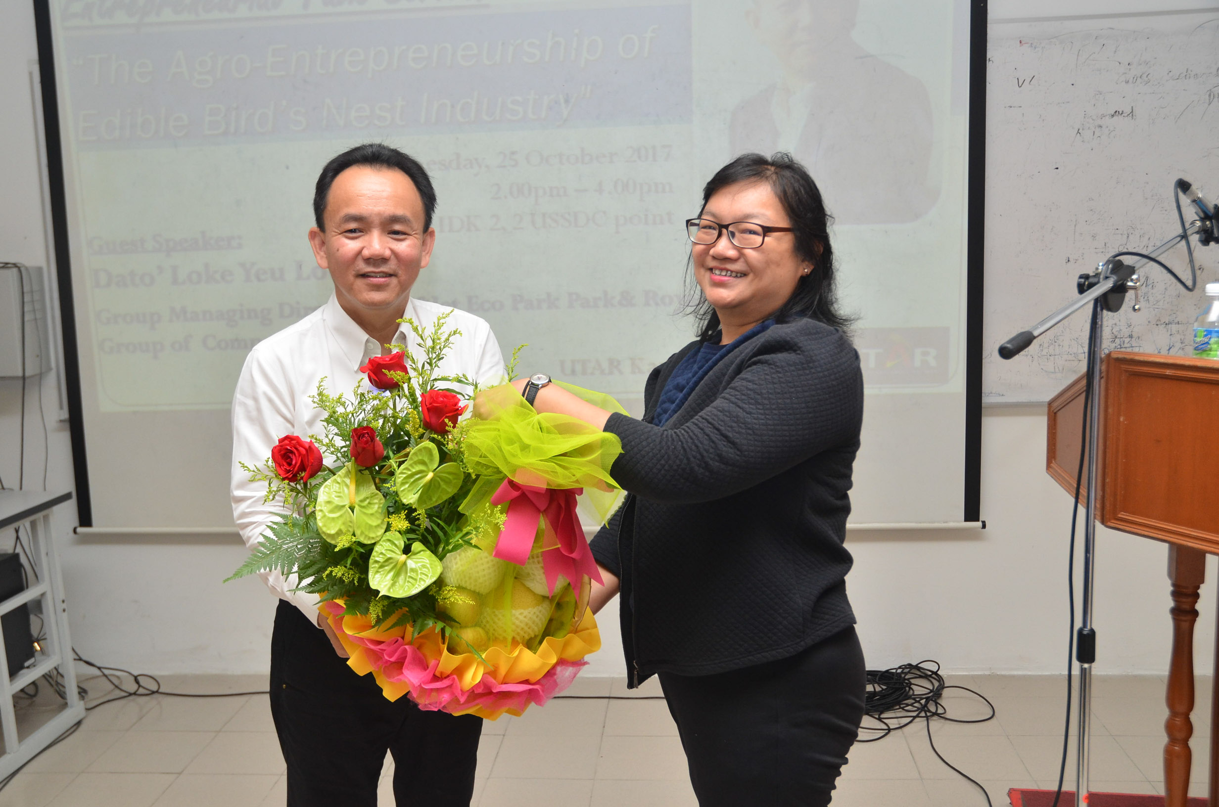 Dr Au Yong (right) presenting a token of appreciation to Dato' Loke