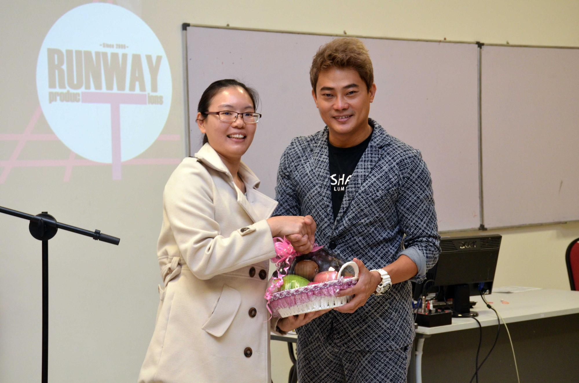 FAM lecturer Yeong Wai Mun presenting the token of appreciation to Toong